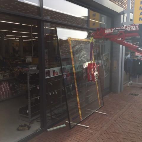 Plofkraak bij pinautomaat veroorzaakt ravage bij winkels en woningen gallerij afbeelding 2