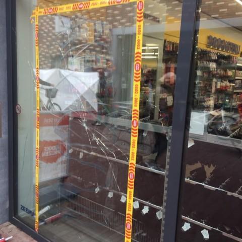 Plofkraak bij pinautomaat veroorzaakt ravage bij winkels en woningen gallerij afbeelding 1