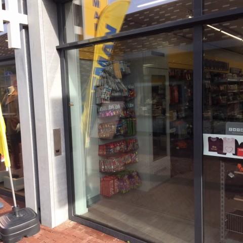 Plofkraak bij pinautomaat veroorzaakt ravage bij winkels en woningen gallerij afbeelding 3